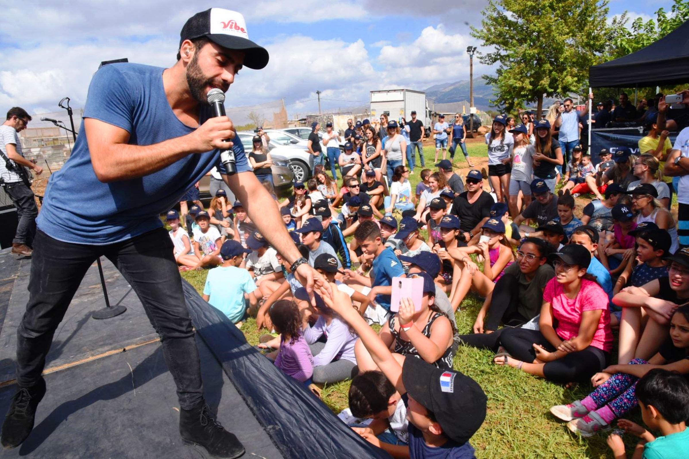 הזמר אליעד נחום הפתיע את מבקרי קייקי מעין הגושרים