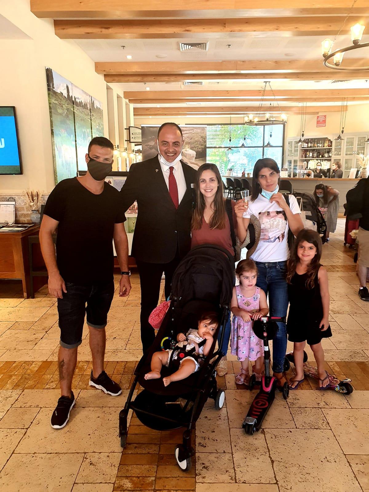 """מנכ""""ל מלון גליליון ארז משה אירח במלון גליליון את כתב הפלילים של ערוץ 13 מאור צור"""