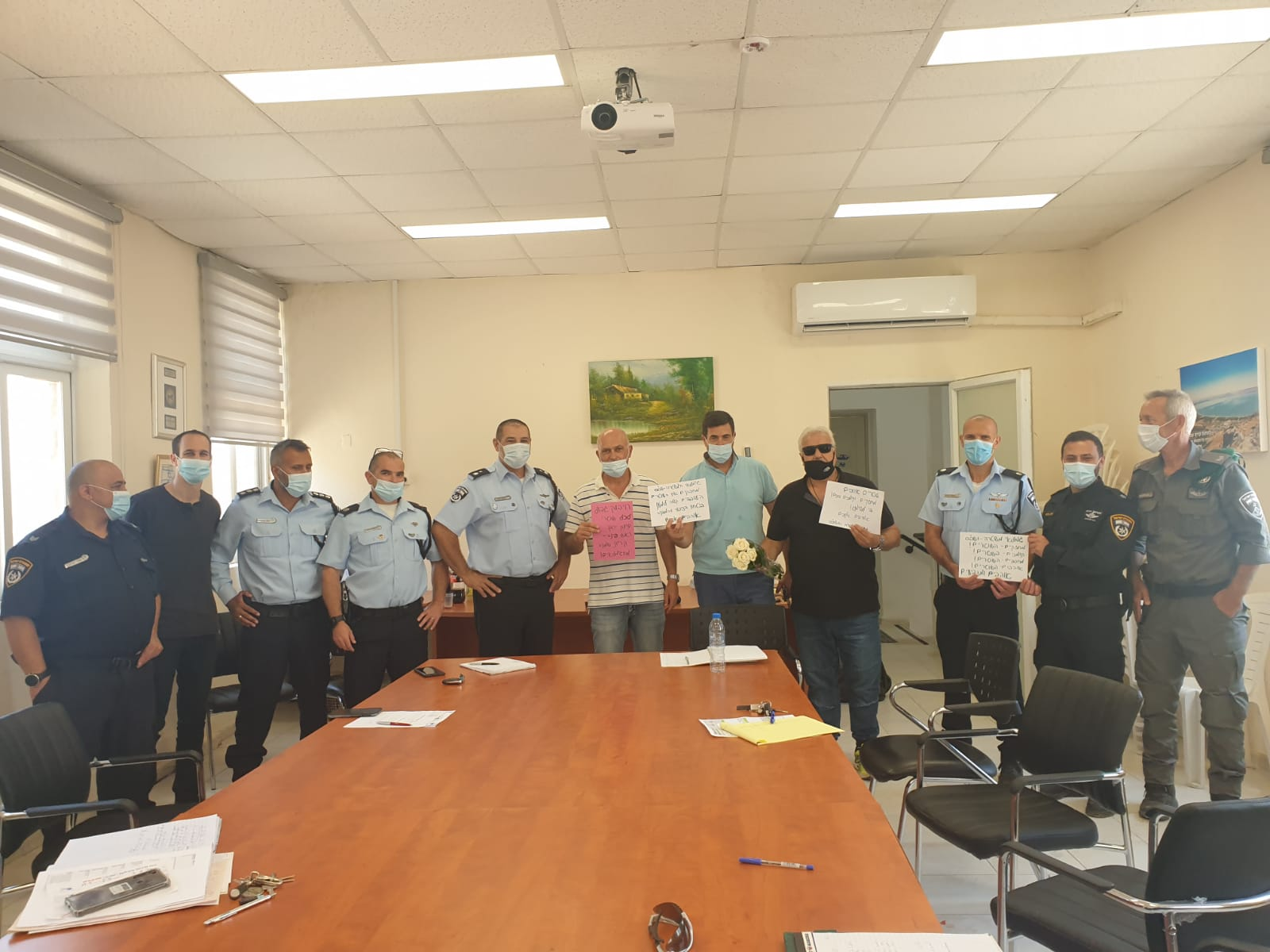 חבר מועצת העיר יורם מלול מחזק את שוטרי תחנת משטרה קריית שמונה שנמצאים בחזית המאבק בנגיף הקורונה