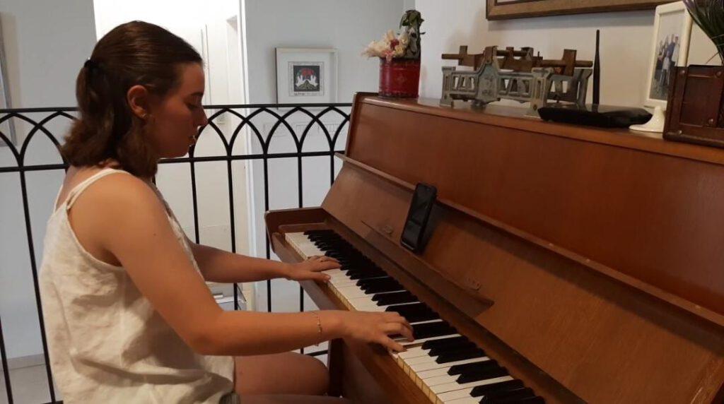 עדן יעקובוביץ נגנית פסנתר מקריית שמונה בעיבודים מוזיקליים של פיוטים ליום הכיפורים