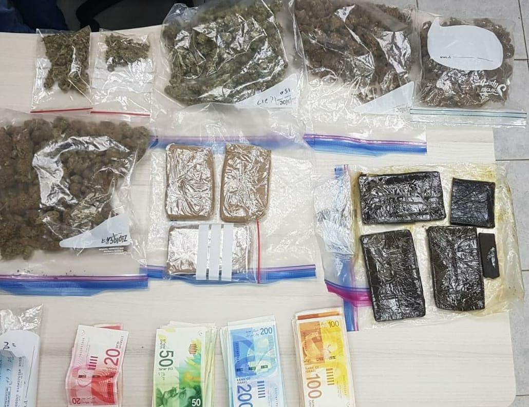 צעיר בן 21 מקריית שמונה נעצר בשעה שביצע עסקת סמים בקיבוץ בצפון, בביתו נתפסו סמים בשווי של למעלה מ-35,000 ₪ הוגש כנגדו כתב אישום ובקשה למעצר עד תום ההליכים