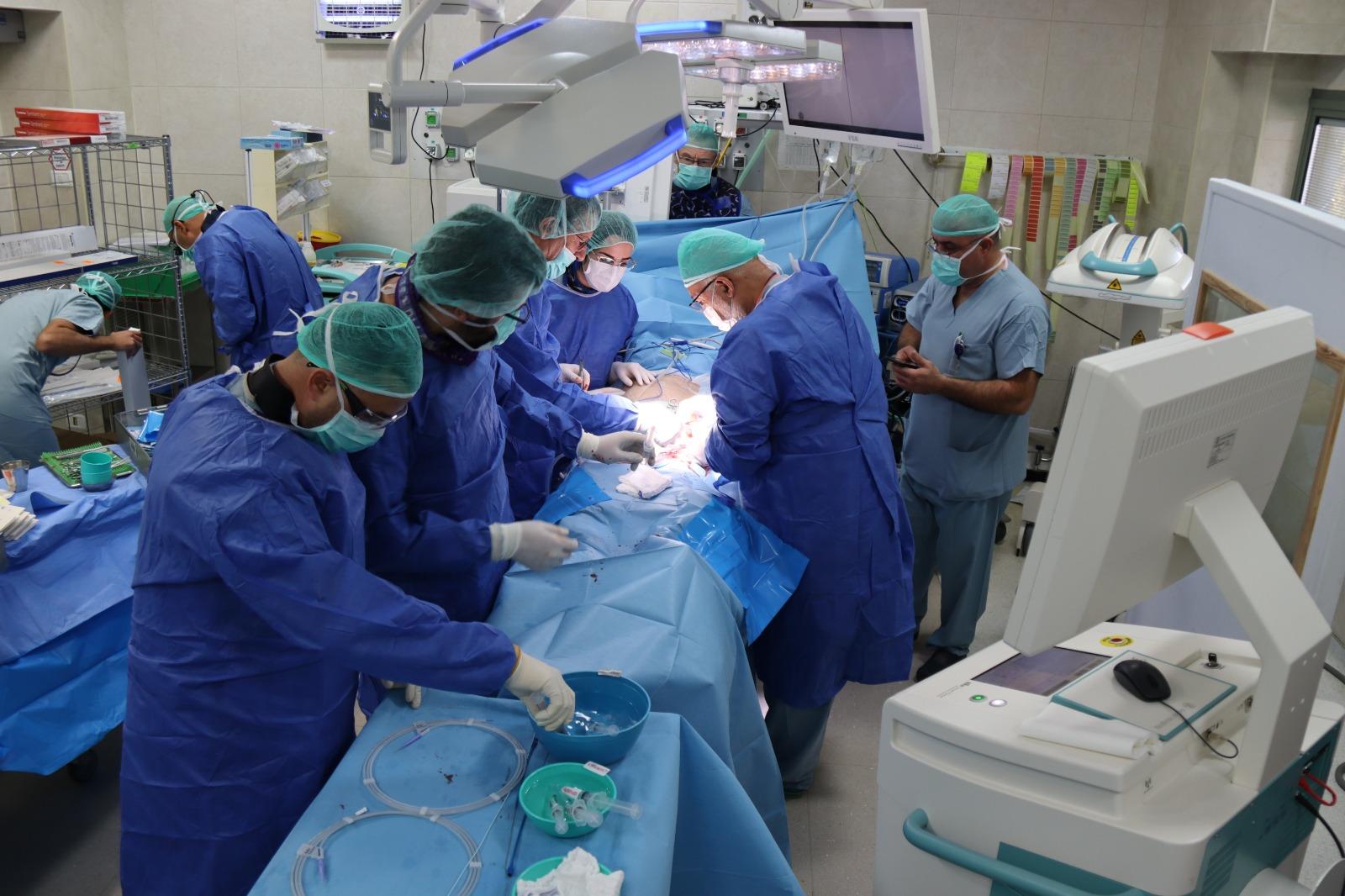 """לראשונה אחרי 10 שנים במרכז הרפואי """"זיו"""": ניתוח לתיקון מפרצת אבי העורקים באמצעות צנתור"""