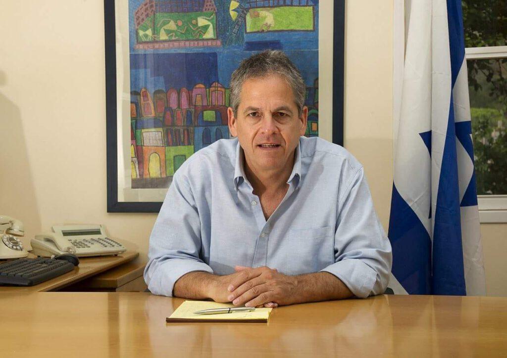 הראשון בארץ: ראש מועצה אזורית הגליל העליון גיורא זלץ חיסן את צוותי החינוך מעודפי חיסונים