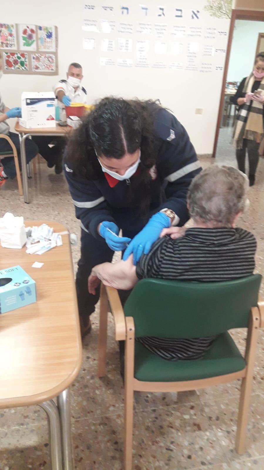 מבצע חיסונים בבתים הסיעודיים בקיבוצי הגליל העליון