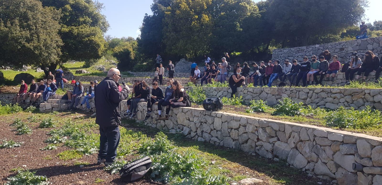 """תלמידי בית הספר """"הר וגיא"""" יצאו למסע בעקבות לוחמים וסיירו באנדרטת אגוז ונחל חזורי"""