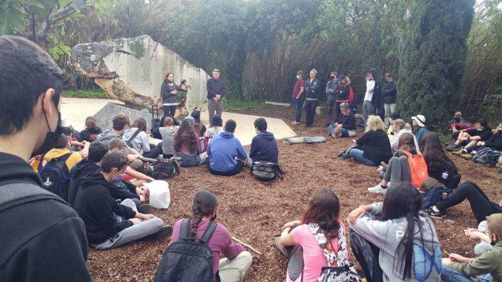 תלמידי עמק החולה בביקור באנדרטת אסון המסוקים