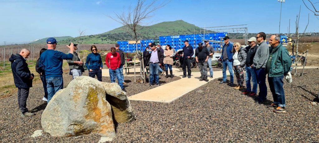 """הנהלת החברה לפיתוח הגליל ערכו סיור מקצועי בגולן וביקרו בפינה לזכרו של יוני גל ז""""ל"""