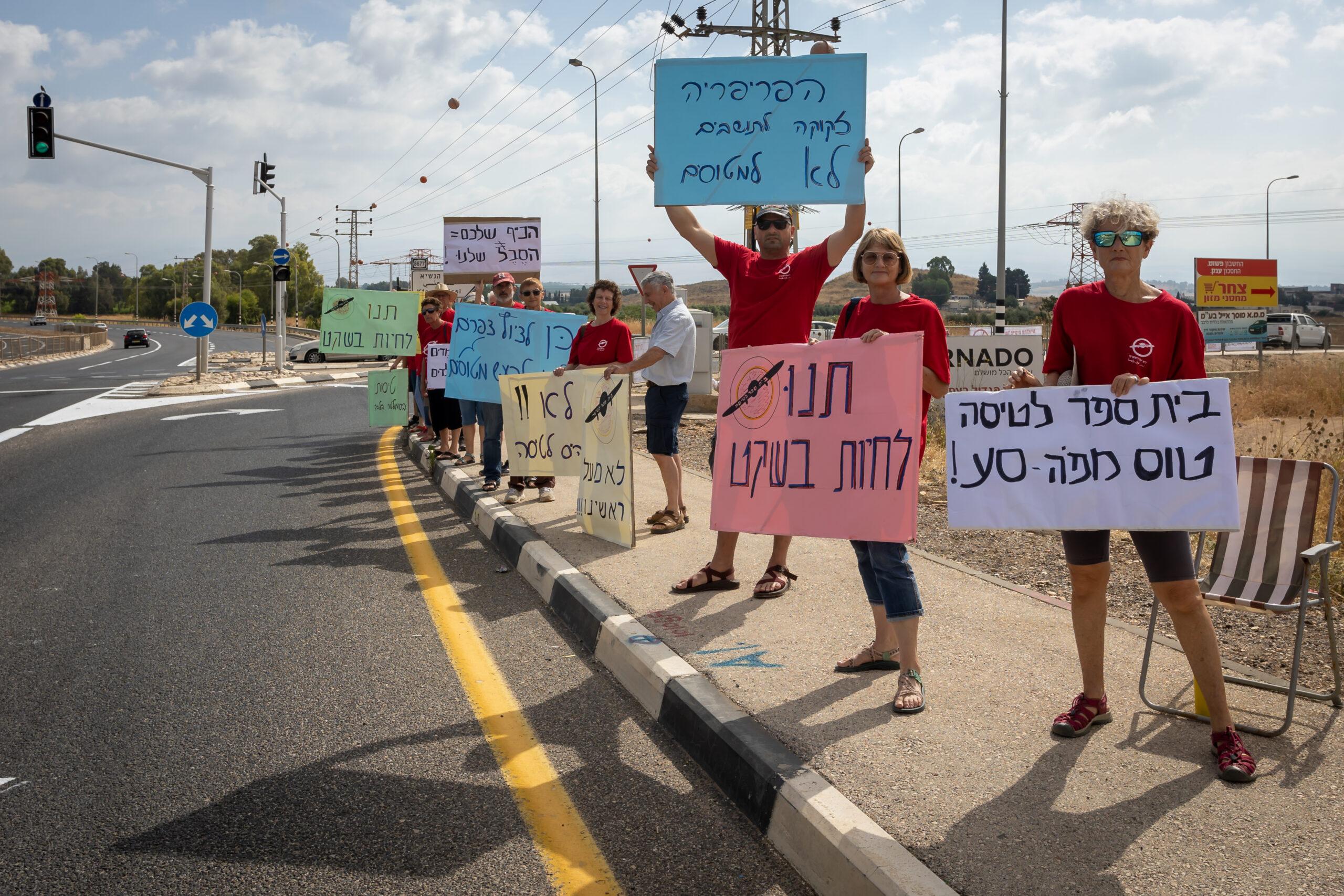 הפגנה של תושבי מחניים טובא זנגרייה וכפר הנשיא נגד פעילות בית הספר לטיס במחניים שהפך למטרד רעש