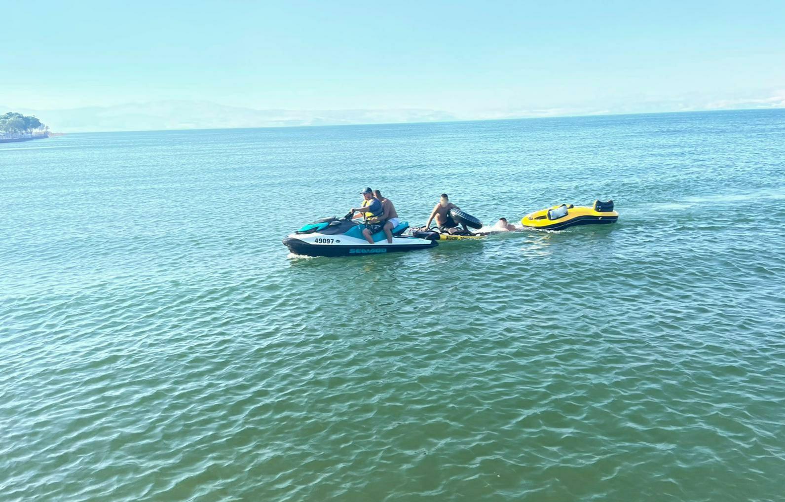 3 אנשים נסחפו בסירת גומי בחוף לא מוכרז והוחזרו לחוף בבטחה