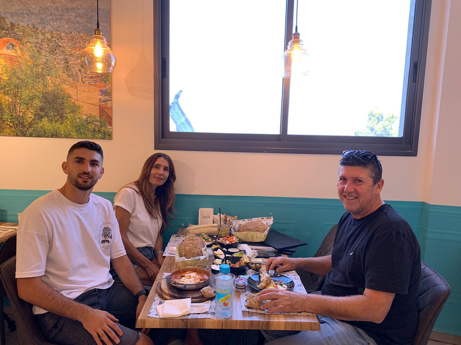 אורי דהן בלם מכבי חיפה בהווה ועירוני קריית שמונה בעונה שעברה בבילוי משפחתי בבולונג'רי